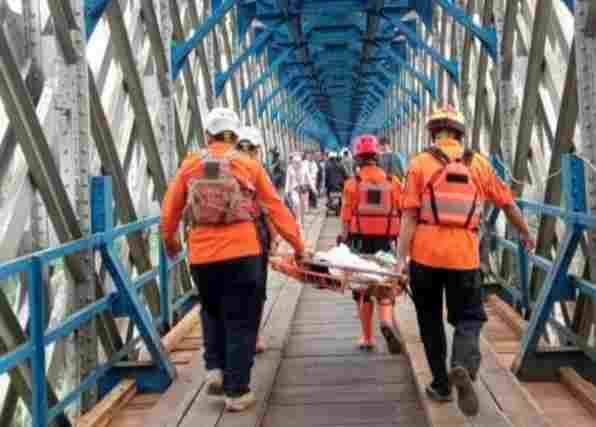 Pria loncat di Jembatan Cirahong